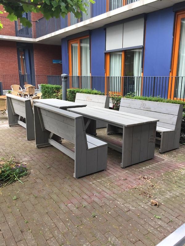 Bouwbedrijf ABB schenkt tuinmeubilair